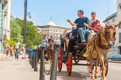 Toeristen sdjusts camera op paard en carraige reis van stad Royalty-vrije Stock Afbeeldingen