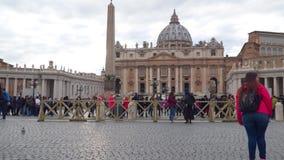 Toeristen in St Peter ` s Vierkant in het Vatikaan stock videobeelden