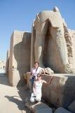 Toeristen tegen standbeelden in tempel Karnak Stock Afbeeldingen