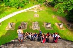 Toeristen in Tikal, Guatemala Stock Foto