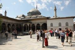 Toeristen in Topkapi Paleis, Istanboel Royalty-vrije Stock Fotografie