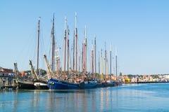 Toeristen varende schepen in haven van Terschelling, Nederland royalty-vrije stock afbeelding