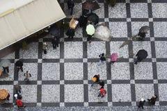 Toeristen in Vierkant van de Stad van Praag het Oude royalty-vrije stock afbeeldingen