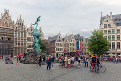 Toeristen in vierkante Grote Markt de stad in in middeleeuwse stad Antwerpen Royalty-vrije Stock Foto