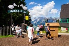 Toeristen voor de fiets en de ski van Planai gebieds op 15 Augustus, 2017 in Schladming, Oostenrijk Stock Foto's