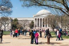 Toeristen voor het National Gallery van Art. Royalty-vrije Stock Afbeeldingen