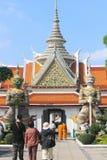 Toeristen in Wat Phra Kaew, beroemdste toeristische attractie i Stock Afbeelding