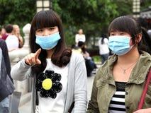 Toeristen in xi 'het dragen een masker aan huid om de de verontreinigingsverdediger te bewonderen van de meningsmicrometeorologie  royalty-vrije stock afbeelding