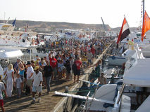 Toeristen in zeehaven Royalty-vrije Stock Afbeeldingen