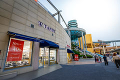 Toeristen zonder titel en vele merkopslag in Lotte Premium Outlet Royalty-vrije Stock Foto's