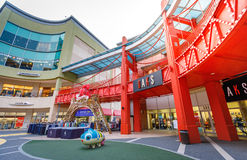 Toeristen zonder titel en vele merkopslag in Lotte Premium Outlet Stock Foto's