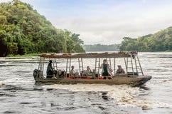 Toeristenbezoek de Murchison-Dalingen op de Witte rivier van Nijl, Ugand stock afbeeldingen