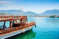 Toeristenboot in de haven van Alanya, Turkije Royalty-vrije Stock Foto