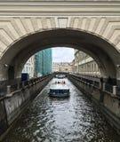 Toeristenboot die op kanaal lopen stock afbeelding