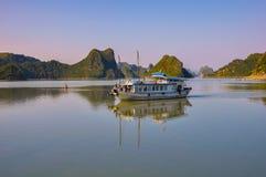 Toeristenboot onder de eilanden in Halong-Baai Royalty-vrije Stock Afbeeldingen