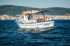 Toeristenboot op de achtergrond van de vorm op Sunny Beach van het overzees Royalty-vrije Stock Foto's