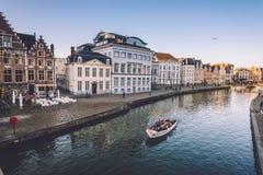 Toeristenboot op Graslei in Gent stock foto