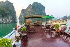 Toeristenboot op Halong-baai Stock Afbeelding