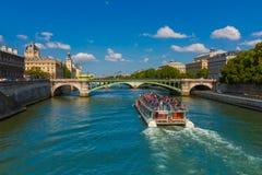 Toeristenboot op rivierzegen in Parijs, Frankrijk Royalty-vrije Stock Foto's