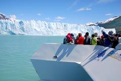 Toeristenboot vooraan de gletsjer van Perito Moreno stock fotografie