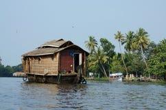 Toeristenboten bij de binnenwateren van Kerala, ketting van lagunes en meren die parallel met Arabische Overzees, India liggen Stock Foto's