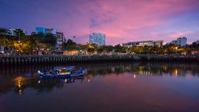 Toeristenboten die bij werf parkeren bij de stad in van Saigon Royalty-vrije Stock Foto's