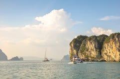 Toeristenboten onder de eilanden in de baai van Phang Nga Royalty-vrije Stock Fotografie