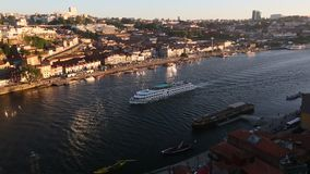 Toeristenboten op de Douro-rivier in Ribeira, historisch centrum van Porto stock video