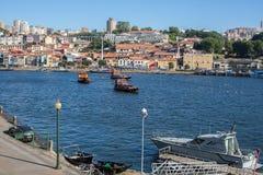 Toeristenboten op de Douro-rivier in Ribeira, historisch centrum van Porto Stock Foto