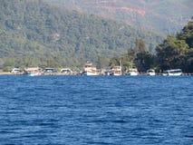 Toeristenboten op de pijler van Chamlyk-dorp in Turkije royalty-vrije stock afbeelding