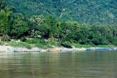 Toeristenboten op kust van Mekong rivier Stock Foto's