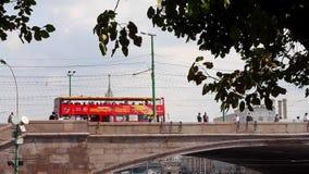 Toeristenbus die zich op de brug bewegen stock footage