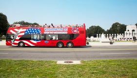 Toeristenbus en WO.II-gedenkteken royalty-vrije stock foto's