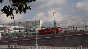 Toeristenbus op de brug stock video