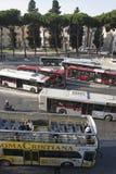 Toeristenbus, stedelijke bussen en lokaal verkeer in Rome royalty-vrije stock foto's