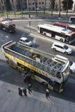 Toeristenbus, stedelijke bussen en lokaal verkeer in Rome stock fotografie