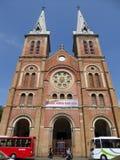 Toeristenbussen buiten de kathedraal van de notredame Stock Afbeelding
