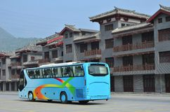Toeristenbussen en moderne antieke gebouwen Stock Foto's