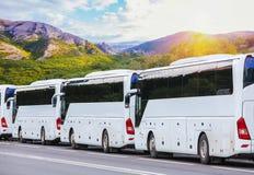 toeristenbussen op de achtergrond van het berglandschap royalty-vrije stock afbeeldingen