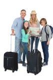 Toeristenfamilie die de kaart raadplegen Stock Foto's