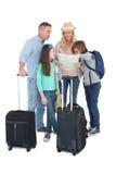 Toeristenfamilie die de kaart raadplegen Stock Fotografie