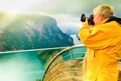 Toeristenfotograaf met camera op Stegastein-vooruitzicht, Noorwegen stock afbeeldingen