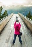 Toeristenfotograaf met camera op Stegastein-vooruitzicht, Noorwegen stock fotografie