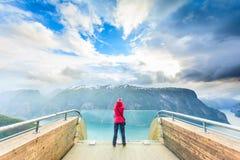 Toeristenfotograaf met camera op Stegastein-vooruitzicht, Noorwegen royalty-vrije stock foto