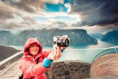 Toeristenfotograaf met camera op Stegastein-vooruitzicht, Noorwegen royalty-vrije stock foto's
