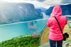 Toeristenfotograaf met camera op Stegastein-vooruitzicht, Noorwegen stock foto