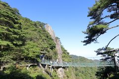 Toeristengang op hangbrug van sanqingshan berg, rgb adobe royalty-vrije stock afbeelding