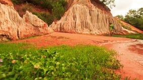 Toeristengangen langs Rode Wateren door Fairy-Stream Rocks Foto's stock video