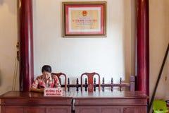 Toeristengids die op toeristen in Vietnam wachten stock foto's