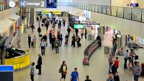 Toeristengroep in de Luchthaven Schiphol, Nederland van Amsterdam, stock video